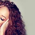 5 méthodes pour redresser vos cheveux frisés