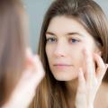 Comment couvrir les cicatrices sur le visage sans maquillage?