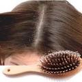 Comment arrêter la perte de cheveux due à des pellicules?