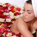 Comment faire pour utiliser l'eau de rose pour traiter la peau sèche?