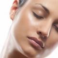 Conseils de soins de la peau pour les peaux grasses en été