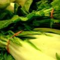 Greens fanées avec des graines de sésame grillées et mangue