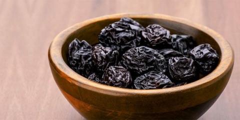 15 meilleurs avantages de jus de pruneaux pour la peau, des cheveux et santé