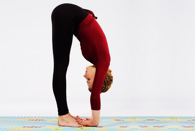 Debout Forward Bend pose ou Uttanasana